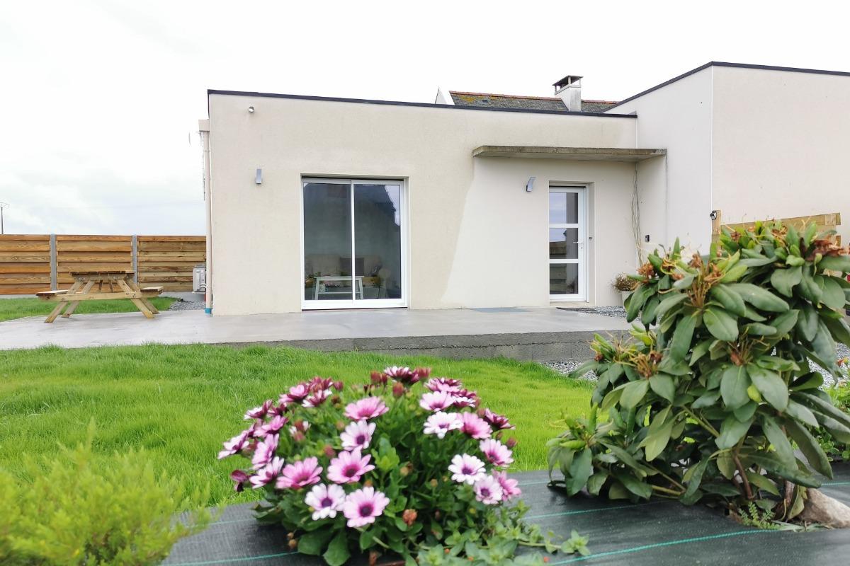 Entrée la maison avec terrasse devant et sur le pignon - Location de vacances - Plougoulm