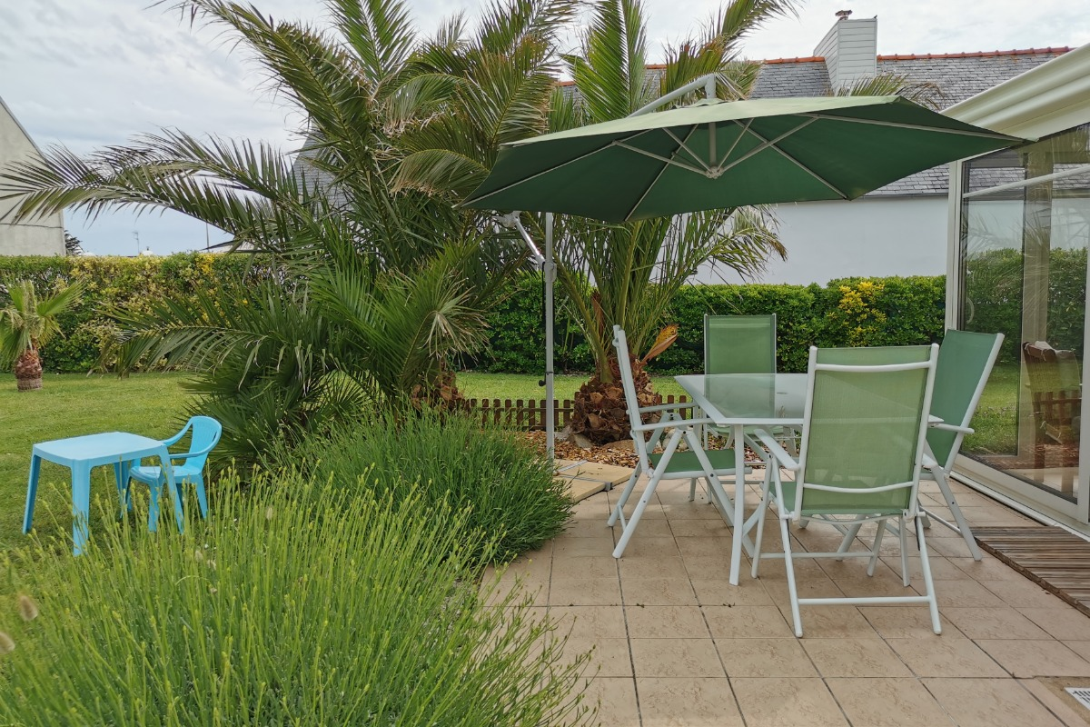 Terrasse avec salon de jardin  - Location de vacances - Plouhinec