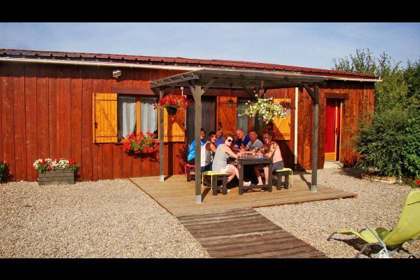 Gîte Le Fontariol Le Theil Gite familial situé en Auvergne à la campagne, dans un lieu calme et verdoyant avec piscine et jeux extérieurs pour enfants - Location de vacances - Le Theil