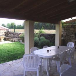 Terrasse couverte avec barbecue - Location de vacances - Saint-Siffret
