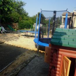aire de jeux clôturée, terrain de pétanque - Location de vacances - Lézan