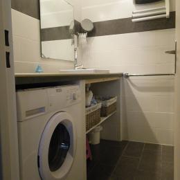 Salle d'eau avec le lave linge - Location de vacances - Nîmes
