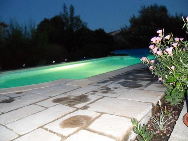 La piscine (de nuit) - Location de vacances - Vic-le-Fesq