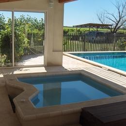 piscine et jacuzzi - Location de vacances - Vauvert