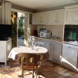 salle a manger cuisine - Location de vacances - Montaren-et-Saint-Médiers