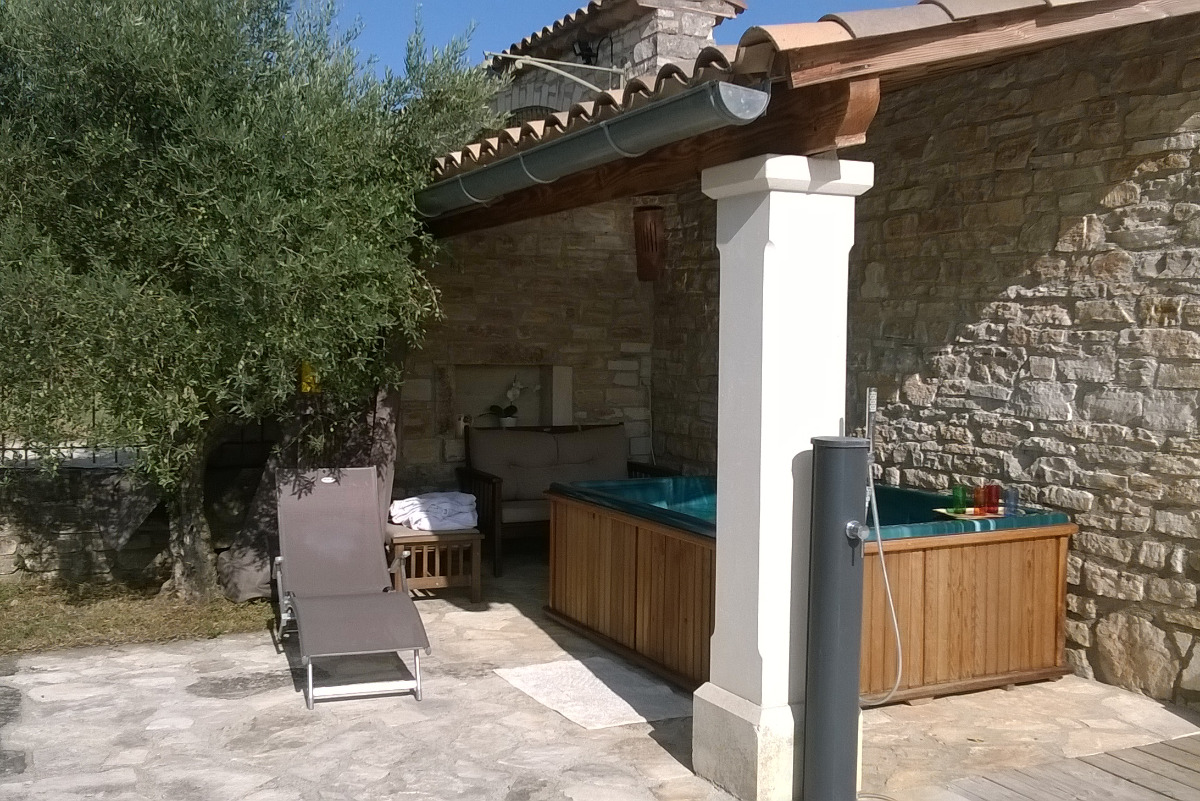 Spa chauffé de début  mai à fin septembre et coin salon - Location de vacances - Saint-Privat-de-Champclos