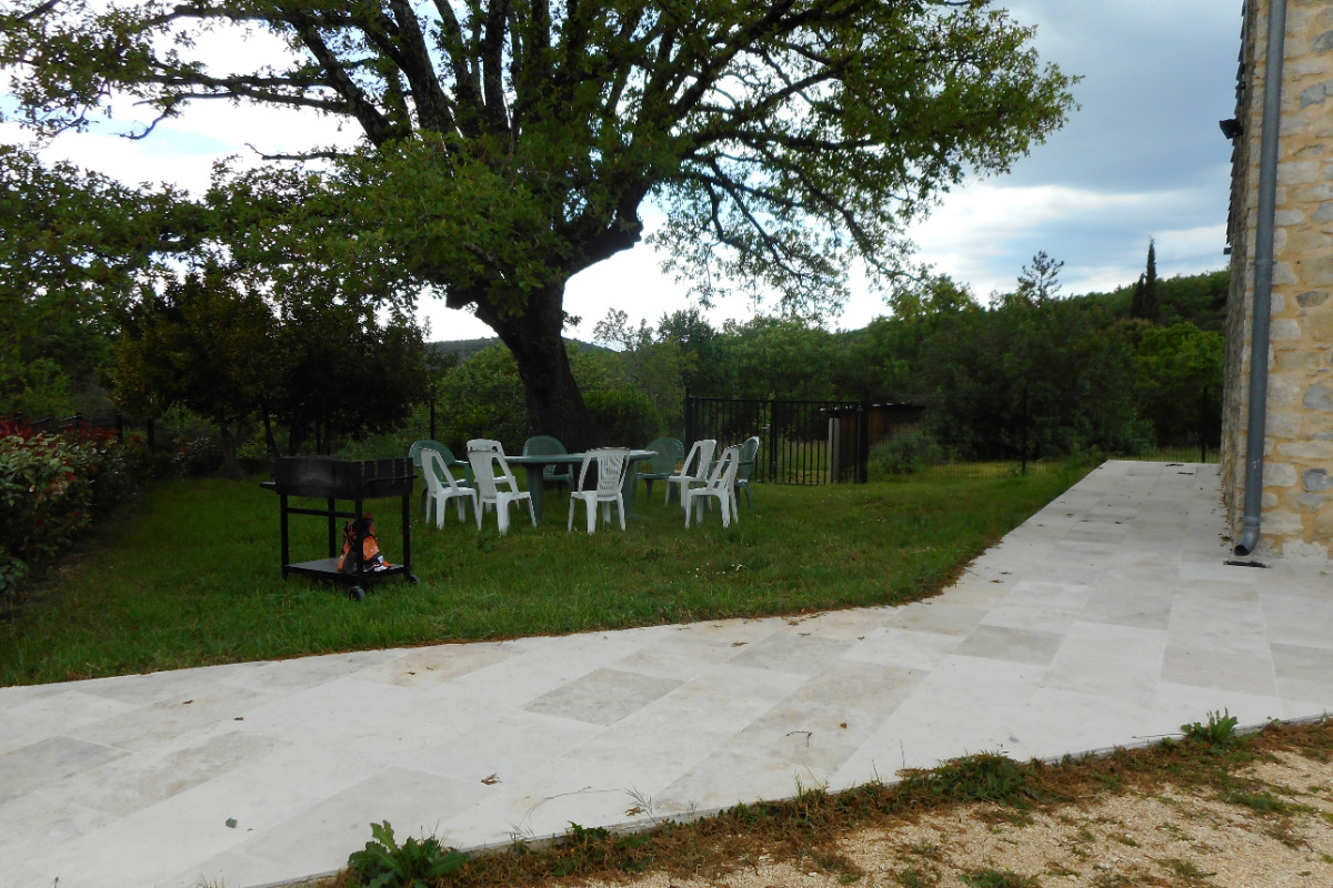 Jardin avec accessoires table chaises barbecue - Location de vacances - Bouquet