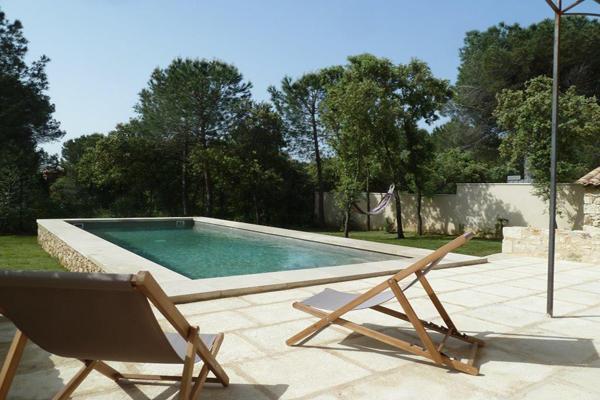 piscine et chaises longues - Location de vacances - Uzès