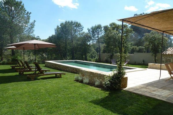 piscine avec transat - Location de vacances - Uzès