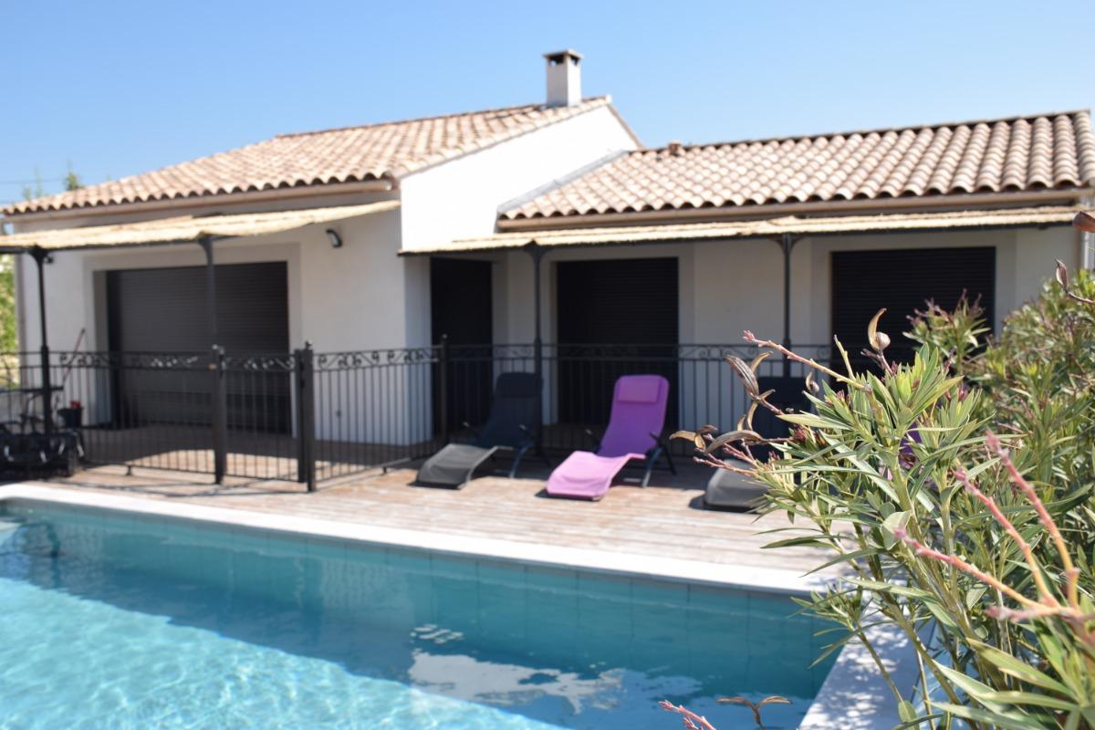 Piscine et transats - Location de vacances - Castillon-du-Gard