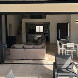 pièce à vivre  vu terrasse extérieure - Location de vacances - Garrigues-Sainte-Eulalie