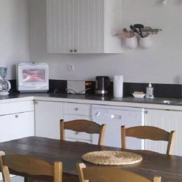 la cuisine équipée et l'espace repas - Location de vacances - Clarac