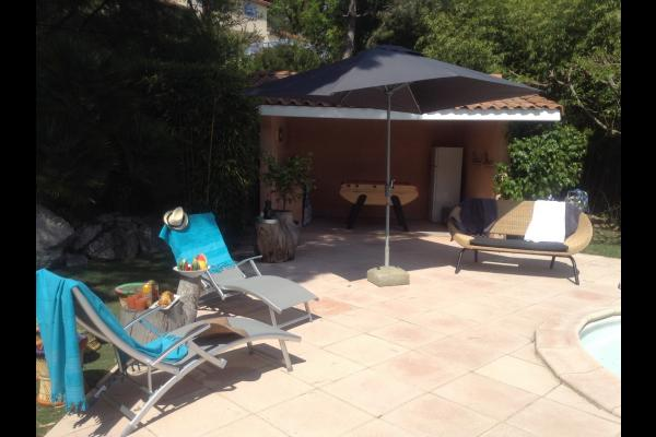 pool-house avec baby-foot, évier, frigo - Location de vacances - Saint-Geniès-Bellevue