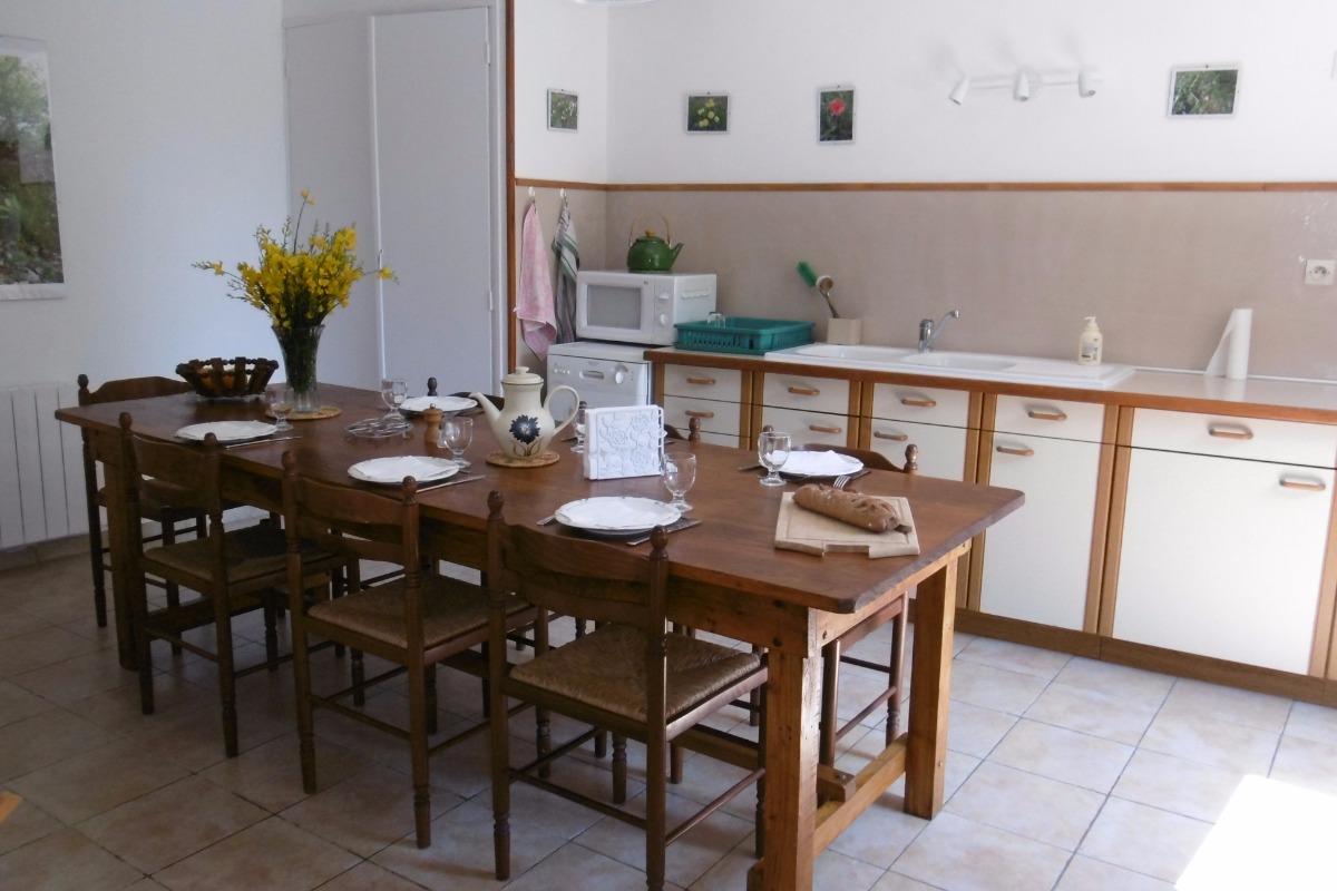 La cuisine et sa grande table conviviale - Location de vacances - Moncaup