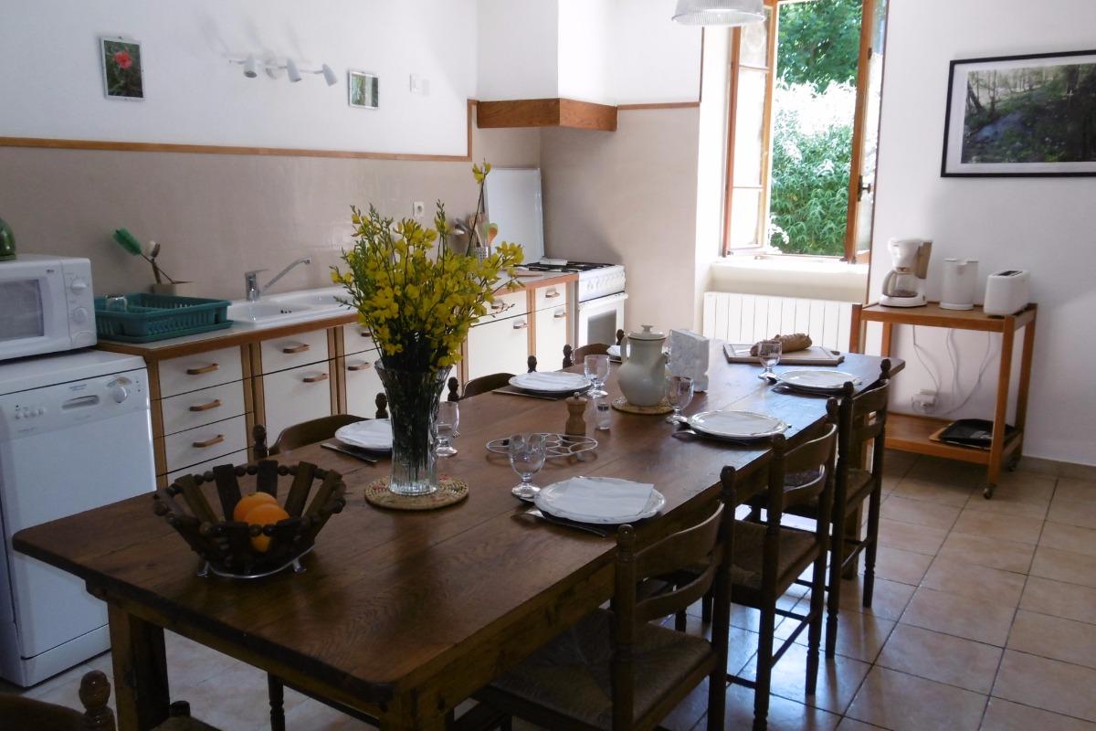 La cuisine avec sa fenêtre donnant sur la cour et le jardin - Location de vacances - Moncaup