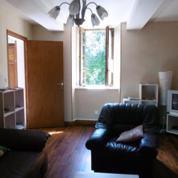 Le salon avec sa fenêtre donnant sur la cour et le salon avec sa fenêtre donnant sur la cour et le jardin - Location de vacances - Moncaup