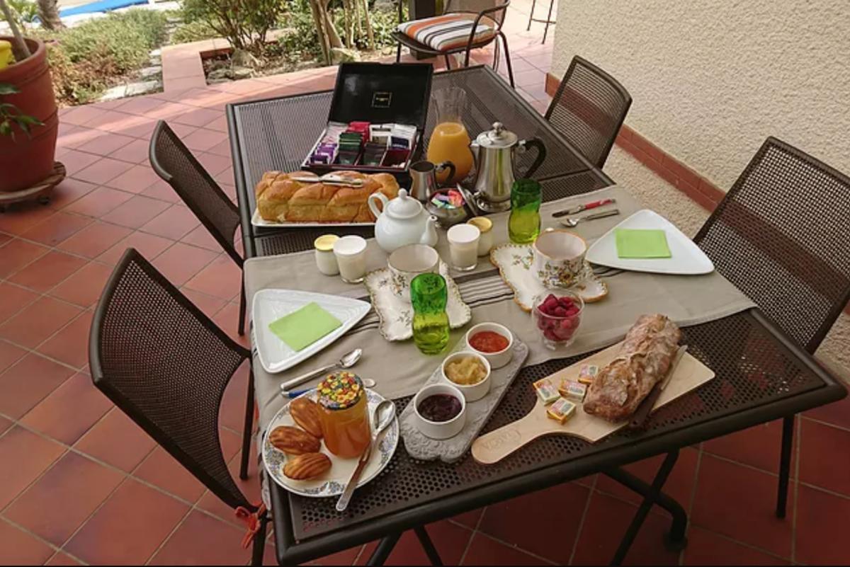 Petit déjeuner en terrasse  - Chambre d'hôtes - Villaudric