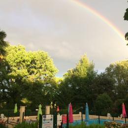 Arc-en-ciel dans le Gers sur la piscine du Domaine du Castex - Chambre d'hôtes - Aignan