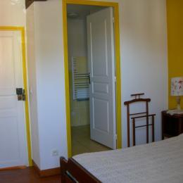 entrée salle d'eau pour les chambres mimosa et coquelicot - Chambre d'hôtes - Miélan