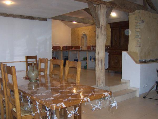 la salle commune et la cuisine du gîte - Location de vacances - Lelin-Lapujolle