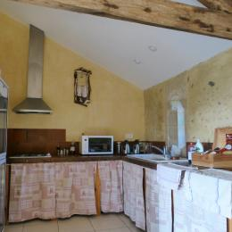 la cuisine du gîte (réservée aux  personnes désirant se préparer le repas) - Location de vacances - Lelin-Lapujolle