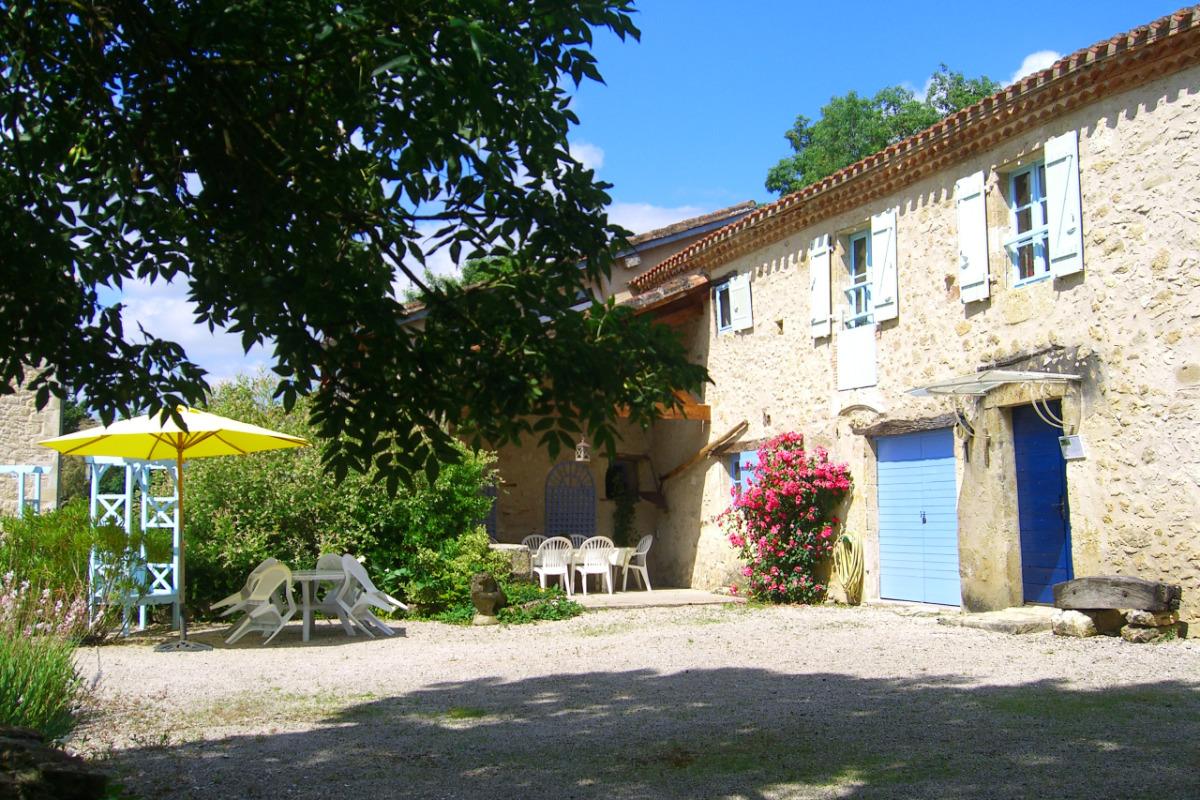une terrasse  - Location de vacances - Castéra-Verduzan