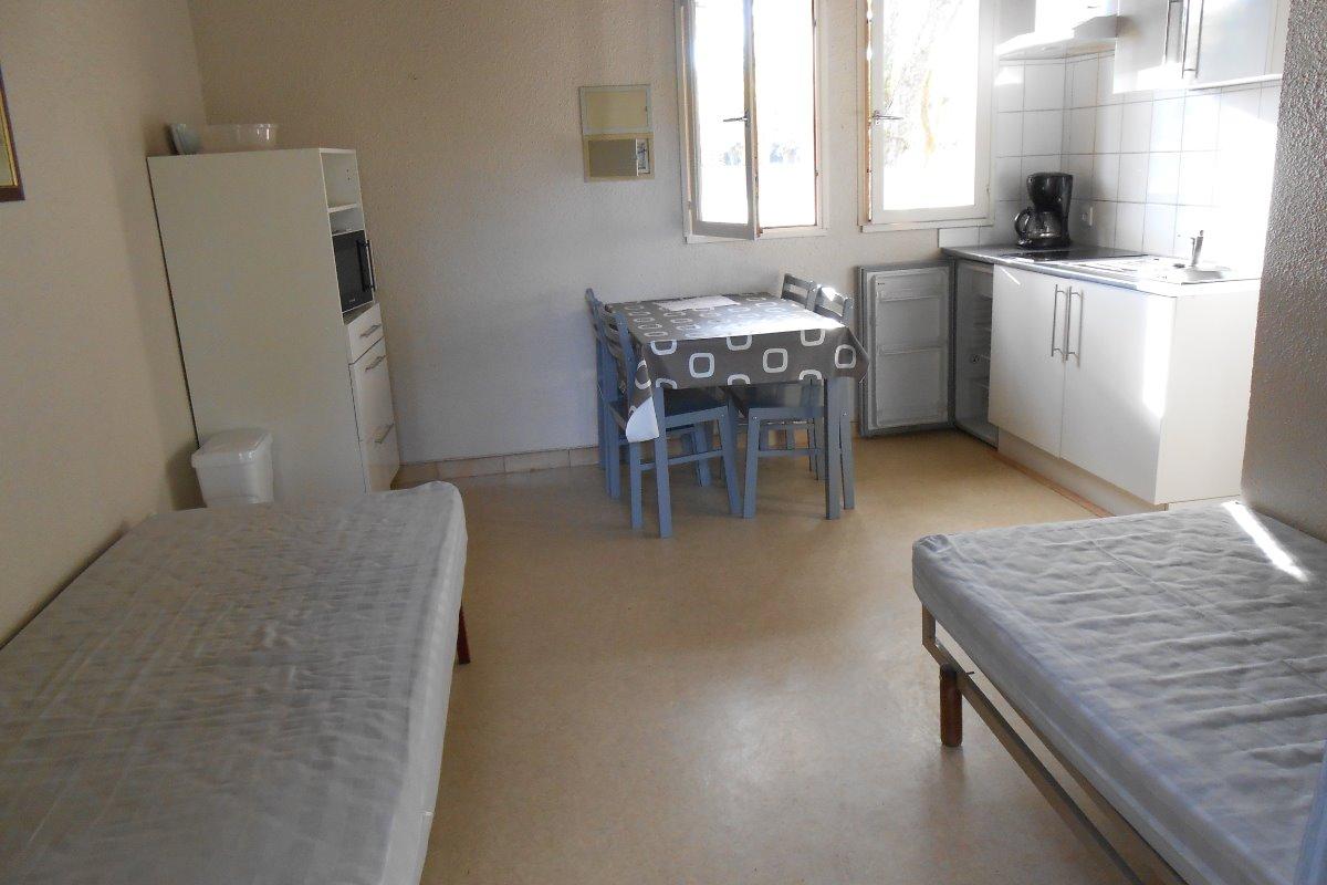 Pièce principale avec 2 lits en 90 et coin cuisine  idem PERDRIX ET LORIOT  - Location de vacances - Riscle