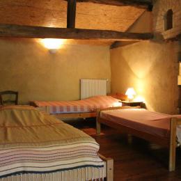 Table ronde devant le gîte pour vos repas d'extérieur - Location de vacances - L'Isle-Arné