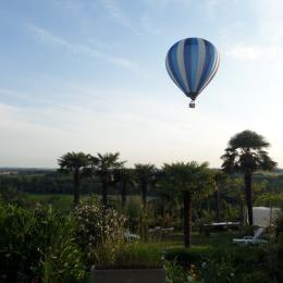 Montgolfière au dessus du jardin - Chambre d'hôtes - Lectoure