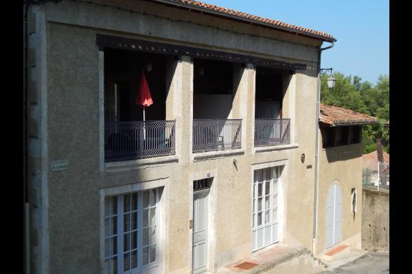 la façade du bâtiment  - Location de vacances - Mauvezin