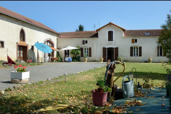 La cour - Chambre d'hôtes - Ladevèze-Ville