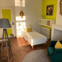 Chambre à 2 lits, spacieuse, fraiche l'été et chaude l'hiver. Vue sur la piscine et les arbres fruitier. - Chambre d'hôtes - Margouët-Meymes