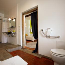 Entrée côté cuisine , accessible pour le moment avec rails si nécessaire et bientôt une terrasse avec rampe d'accès de ce côté ;-) - Chambre d'hôtes - Margouët-Meymes