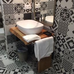 Chambre Côté terrasse, la salle d'eau indépendante accessible pmr - Chambre d'hôtes - Justian