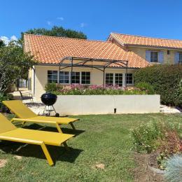 Vue du Pigeonnier Façade Sud + terrasse - Location de vacances - Saint-Caprais-de-Bordeaux
