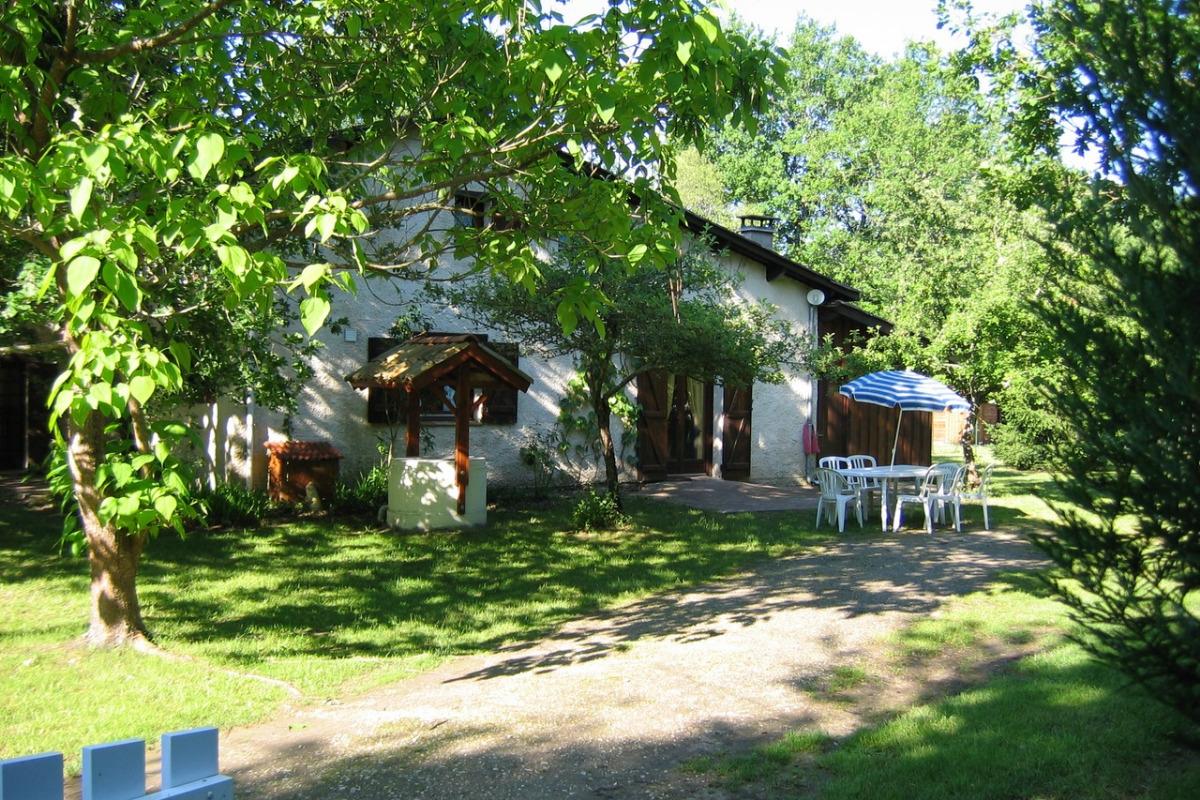 Maison et le jardin caché par la haie de droite - Location de vacances - Mios