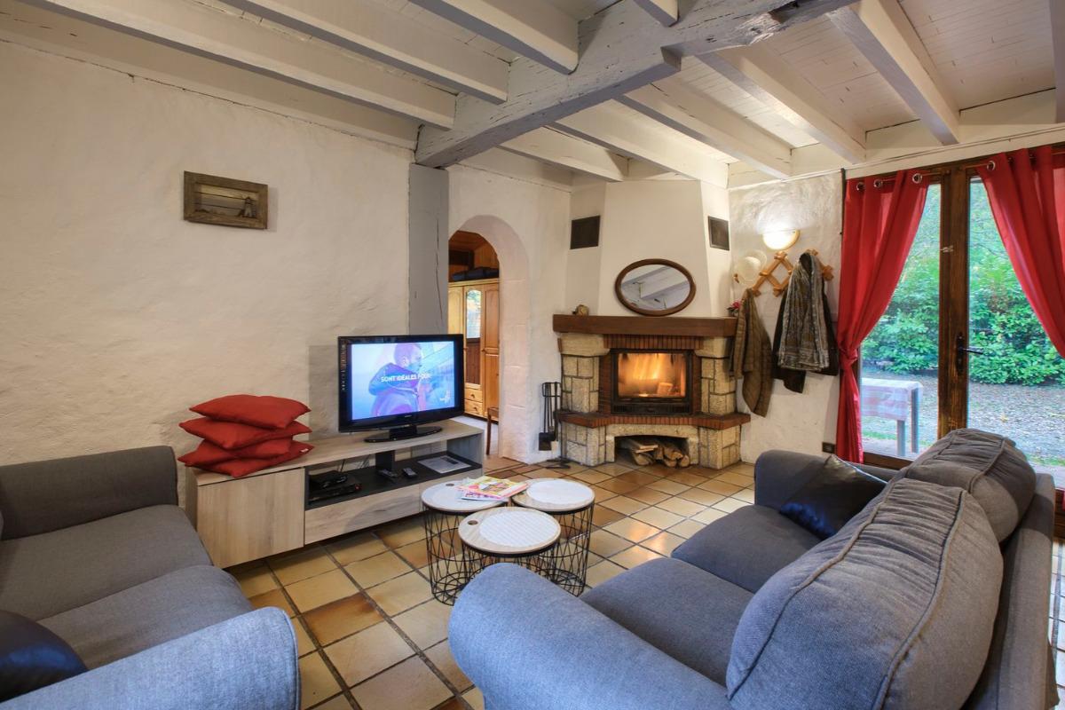 Le salon avec cheminée à insert - Location de vacances - Mios