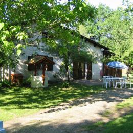 Maison et le jardin caché par la haie de droite - Location de vacances -