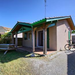 Vue générale avec le jardin et les vélos - Location de vacances - Arès