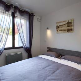 Chambre 1 : lit Queen size 160x200 - Location de vacances - Bègles