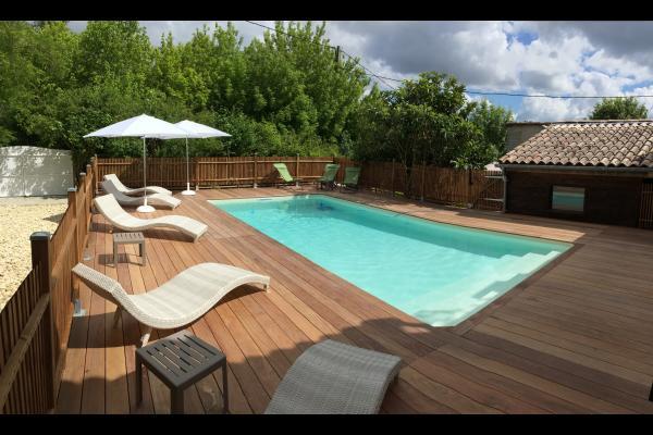 Piscine privée avec terrase en bois exotique, transats... - Location de vacances - Haux
