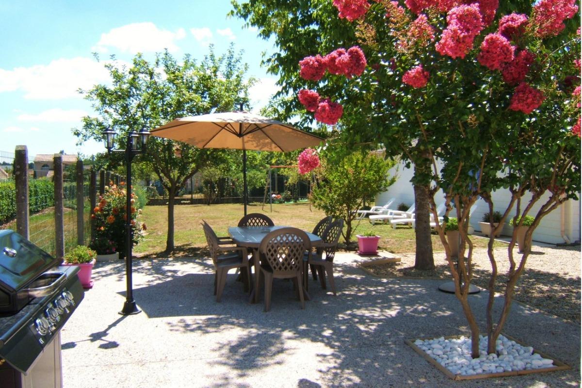 Grande terrasse devant la maison - Location de vacances - Castelnau-de-Médoc