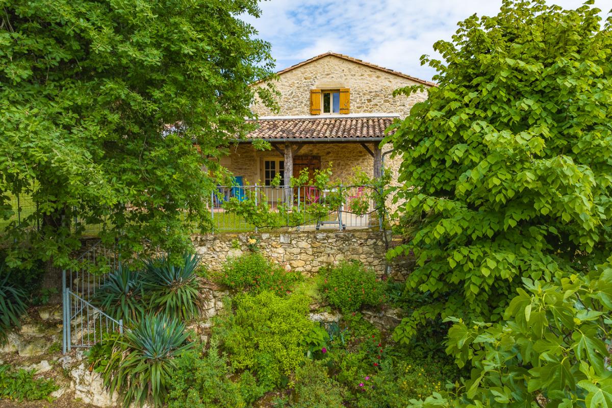 La façade Est vue depuis le jardin . La maison est bâtie sur des rochers. - Location de vacances - Sainte-Radegonde
