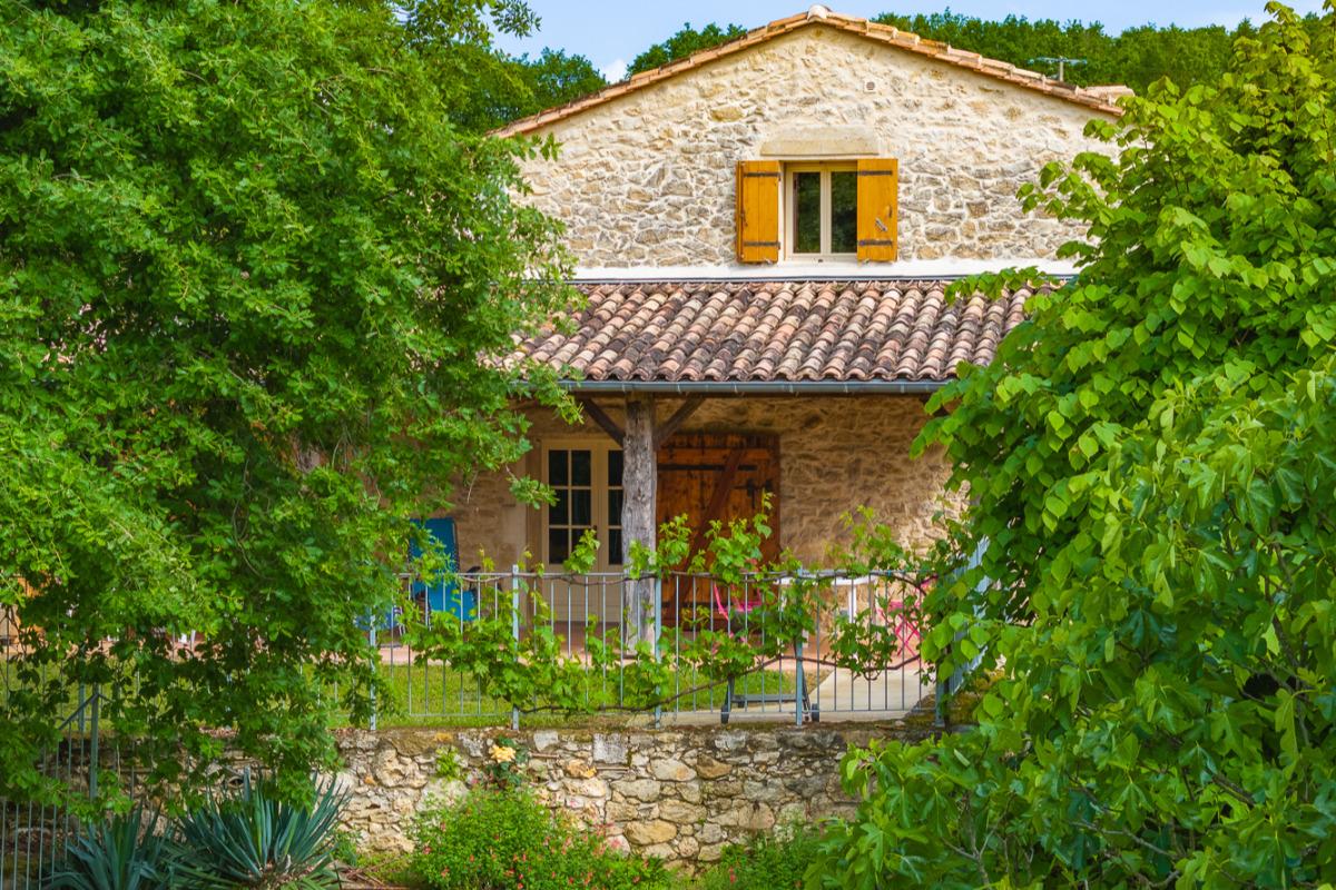 Le gîte est entouré de murets , de vallonements, et niché dans la verdure. Bâti sur un vaste terrain sans voisinage - Location de vacances - Sainte-Radegonde