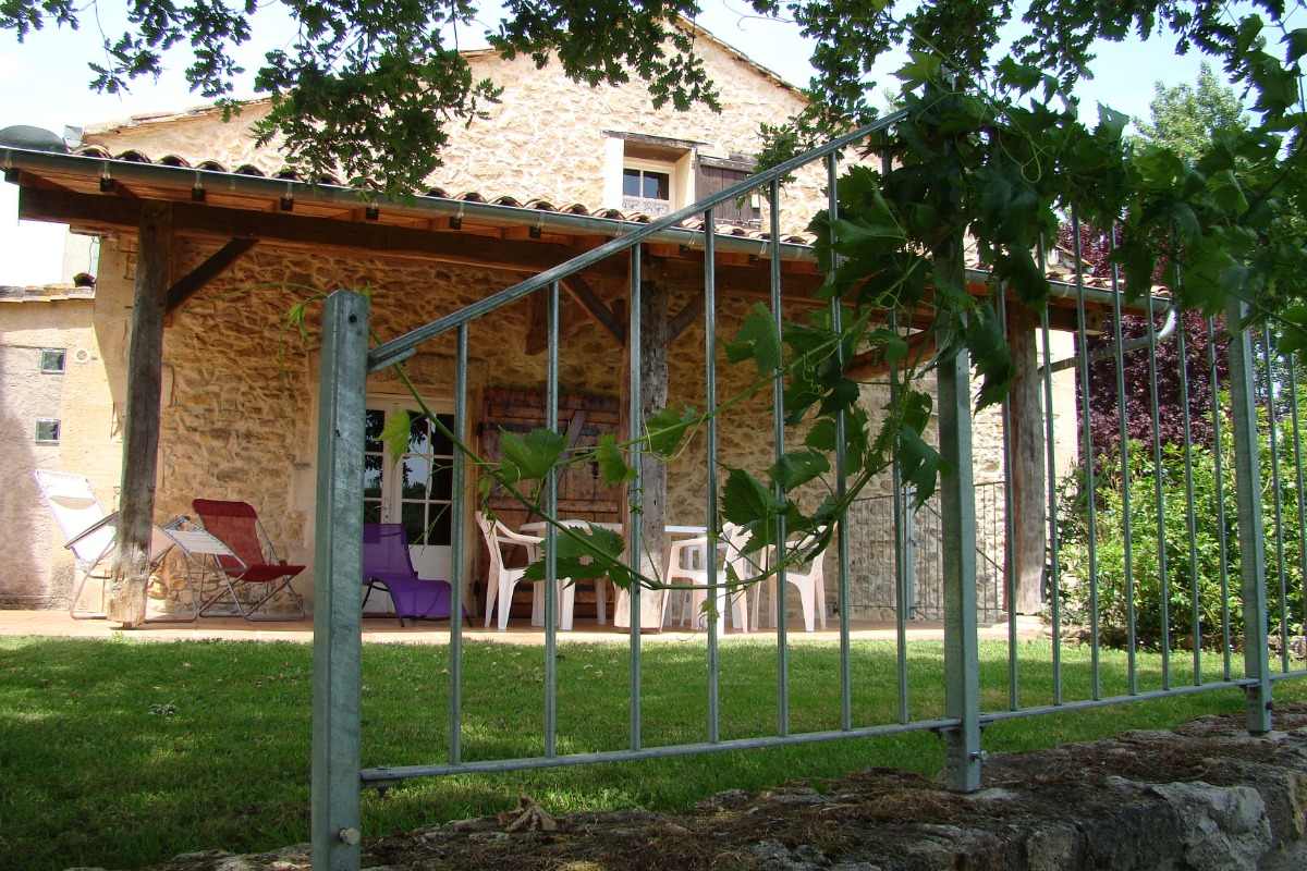 Farniente  au choix sur  la terrasse Sud: couverte ou en pelouse, face à de grands espaces sans voisinage. - Location de vacances - Sainte-Radegonde