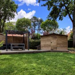 terrasse en bois et salon de jardin sous les chênes. - Location de vacances - Andernos-les-Bains