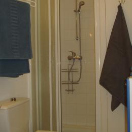 salle d'eau douche - serviettes fournies - Location de vacances - Neffiès
