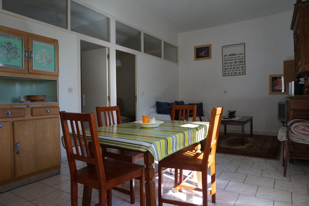 coin séjour depuis la cuisine - Location de vacances - Neffiès