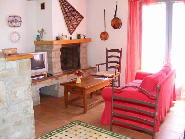 Salon TV avec cheminée - Location de vacances - Le Pradal