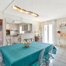 Salle à manger et vue sur cuisine - Location de vacances - FRONTIGNAN